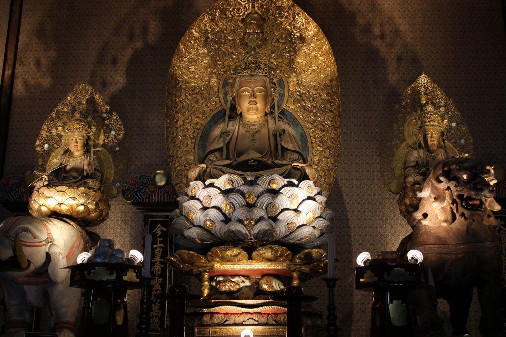 (写真)国重要文化財の釈迦三尊像は、元禄三年に徳川(水戸)光圀公によって修復された旨が光背裏に銘記されています。