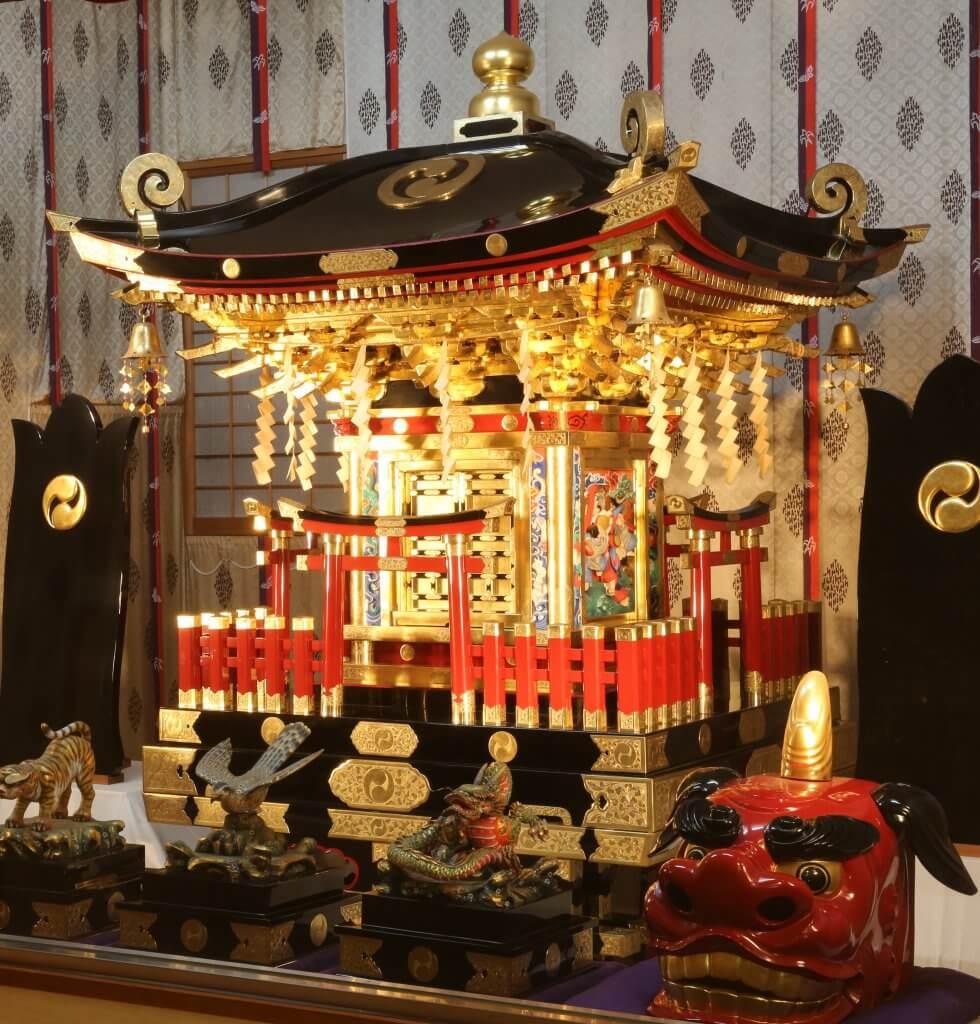 (写真)日光東照宮造営の職人によって、同宮の縮尺で奉製された「朱神輿」