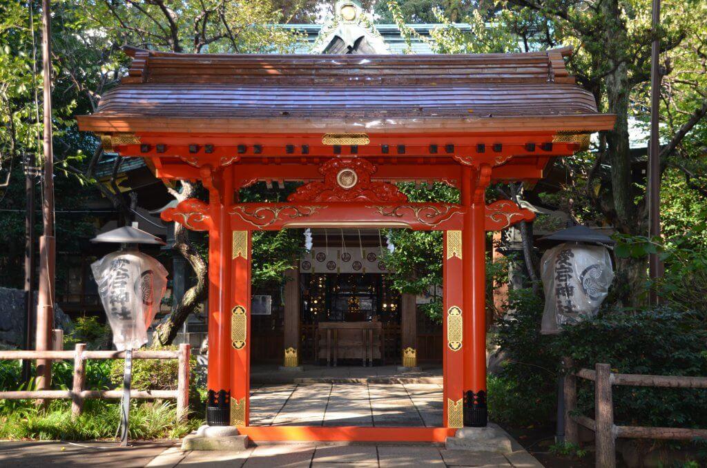 (写真) 丹塗りの門